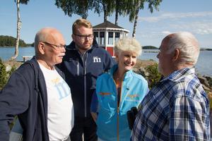 Anna Maria Corazza Bildt (M), tillsammans med partikollegorna Hans Sundgren och Viktor Wärnick ,samtalar med Sture Wiklund, boende på Kjerattvägen i Sandarne.