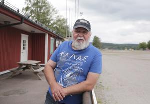 Bandybasen Stig Persson ger inte upp hoppet om is på Herosvallen. Nu har han anmält seniorlaget till seriespel i vinter.