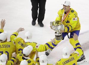 Tre Kronors lagkapten Mikael Backlund lyfter VM-bucklan efter finalsegern över Schweiz förra året. FOTO: TT