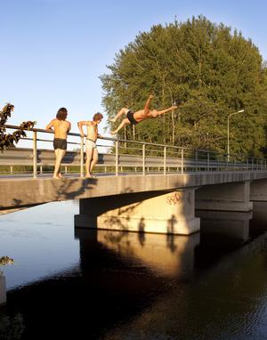 Efter experimentet åkte killarna tillbaka till Valbo och hoppade från Lundbron.
