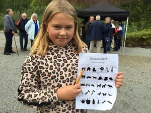 Elvaåriga Salatjejen Elin Lundquist-Kallin hade inga problem att hitta lapparna som gömde sig i det nyinvigda naturreservatet under skattjakten.