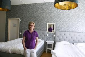 """""""Det har varit roligt att renovera men det var en utmaning att tapetsera när det är så högt till tak"""", säger Anna-Karin Berglund."""