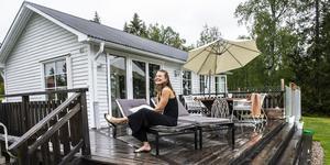För ett år sedan köpte Sofia Larsson ett hus i Bjällstensviken på Alnö. Det har hon nu renoverat och där bor hon med sina tre katter.