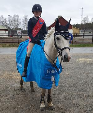 Nellie Ek och Joe – redo för SM i Södertälje. Foto: Privat