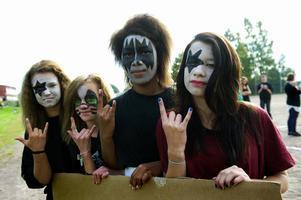 Rockgruppen KISS inspirerade eleverna i 7A när de klädde sig i går morse. Från vänster: Emelie Roos, Felicia Andersson, Mariya Nyren och Maria Blomqvist. Foto:Anna Klintasp