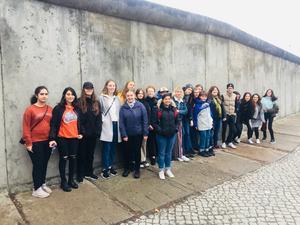 The New Orchestra framför Berlinmuren. Foto: Göran Berencreutz