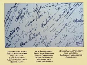 Lasse Berghagen var den första att signera en autograftavla på Åhléns. På samma tavla syns bland annat Jokkmokks-Jokke, Ann-Luie Hansson och Ulf Lundell. Foto: Privat