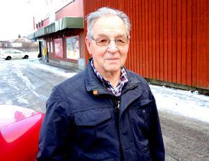 Arne Karlsson, 85, pensionär, Säter:– Det är fint, men jag skulle inte själv skjuta upp raketer. Det är slöseri med pengar.