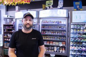 Fredrik Källström driver Spel på direkten i Bollnäs. Han har inga planer på att sluta sälja tobak.
