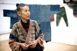 Hisako Hagiwara visar några av sina textila verk i den stora utställningen Sashiko, på Murberget.