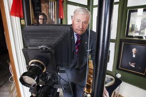 Björn Hasselberg har arbetat som fotograf i Ljusdal i nära 50 år. Under alla dessa år har han varit film trogen. Det digitala är ingenting för honom.