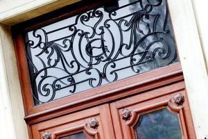Ovanför en dörr in till Gamla Grand sitter den här snirkliga utsmyckningen i järn som är en blandning av nybarock och jugendstil.
