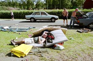 Storsjöyran 1999. Dagen efter på campingen - Jörgen Jönsson från Hede vilar medan kompisarna packar bilen.