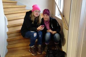 Sandra Nyström och Ulrica Fredin, från Östersund, är besvikna över att de inte fick några Mello-biljetter till den tv-sända föreställningen.