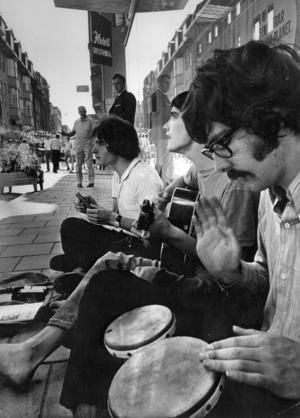 Med gågatan kom även gatumusikanterna. 1969 underhöll Alain Tronbart, från Paris, och Londonborna Gavin James och John Hubbard, flanörerna på Prästgatan. Fotograf: ÖP arkiv