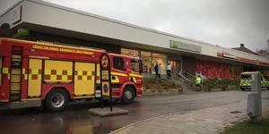 Brandkåren anländer till Systembolaget efter ett larm om rökutveckling i ventilationssystemet.