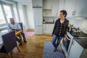 Lorena och hennes goda vän Alex Perera, som hjälpt familjen mycket, gläds åt den nya lägenheten.