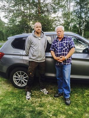 Felix Holgersson och Åke Nyman fick se en björn på riktigt nära håll i söndags.