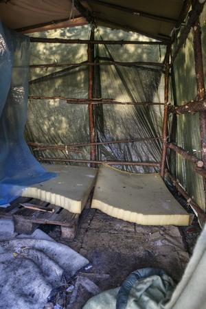 I ett av de tält som byggts upp ligger skumgummimadrasserna kvar, vilandes på pallar.