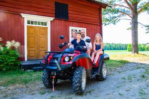 Det är ett helt annat liv för familjen Forsberg när de kommer hem till Larses i Hälsingland.