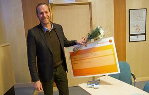 Det var en rörd och överraskad Per Persson som fick ta emot kommunens frivilligstipendium.