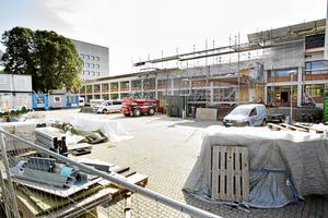 Så här såg Sandvikens Stadshus ut under sommaren 2017. Största delen av Jerntorget var byggarbetsplats.