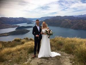 Det är lätt att förstå varför Pernilla Lindberg och Daniel Taylor valde Coromandel Peak som platsen för sitt bröllop. Foto: Privat