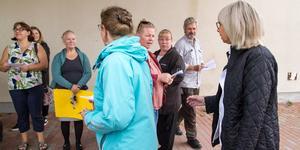 """Medåkers föräldraförening samlades utanför Högskolecentrum i Arboga där entrén till   barn-och utbildningsnämndens möte var för att dela ut flygblad. """"Vi är besvikna då många av ledamöterna tog bakvägen och inte vågade möta oss"""", säger Jennifer Westermann i föräldraföreningen."""