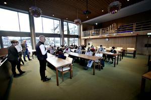 Kerstin Almén och Pär Jerfström svarade på elevernas frågor i fullmäktigesalen.