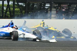 Felix Rosenqvist (i blåvita bilen) och Zach Veach kraschade som en följd av att Sebastién Bourdais och Graham Rahal gått ihop framför.  Foto: Tom Pyle/TT