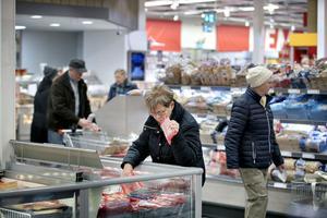 Tisdagsvimmel med pensionärsrabatt lockar seniorerna till mataffären.