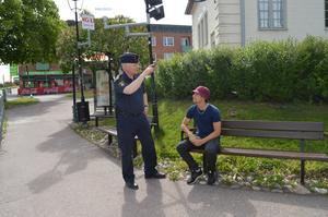 Det är första gången 15-åriga Hannes Berglund pratar med en polis. Han säger att han känner sig trygg i Säter för det mesta.