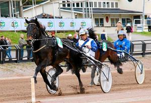 Martin Lundahl och Pyrmo på Bergsåkers travbana under en tävling i slutet av maj förra året. Foto: Mats Persson.