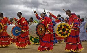 Afrikansk andlighet och västlig smälter mer och mer samman. Här sjunger och spelar gruppen International Apostolic Ejuwel Jekenisheni Church vid en kristen morgongudstjänst i Harare, Zimbabwe. Bild: Ben Curtis/AP Photo