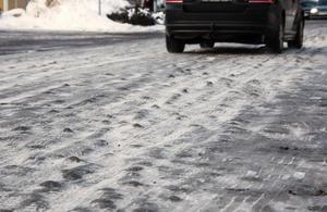 Under måndag och tisdag ska vägarna åtgärdas, enligt tekniska kontorets gatuansvarige Emil Forslund.