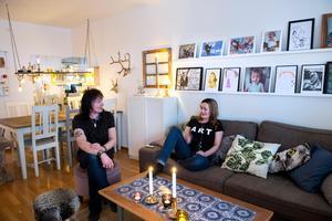 Vardagsrummet är uppdelat i matsalsdel och tv-soffadel. Tavelväggen pryds av bilder på familjen och Charlies teckningar.
