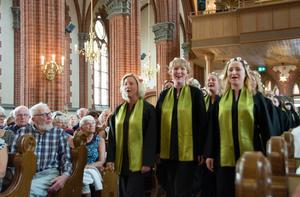 Kören Confetti skrider in i kyrkan till skolavslutningspsalmen