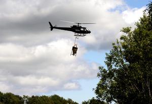Myggbekämpning med helikopter i Österfärnebotrakten. Foto: Patrick Sörquist / SCANPIX SWEDEN