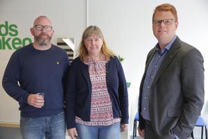 Jesper Folkesson, arbetsmarknadsenhetens chef, Siw Östlund, fritidschef, och kommunalrådet Fredrik Rönning (S) kan pusta ut. Nu är Fritidsbanken äntligen igång.