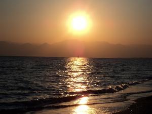 Under vår familjesemester i Belek/Turkiet v. 38 lyckades vår dotter ta den här bilden på en otrolig vacker solnedgång. Observera den lilla segelbåten mitt i solstrålen!