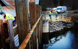 Igår inleddes den insats som ska förhindra att vattenkraftstationen i Långfors skadas. Detta då det blivit sättningar i skyddskanten kring dammen.