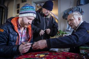Joakim Dolk  och Anna Andersson får hjälp av  John-Erik Johansson  slöjda med tenntråd.