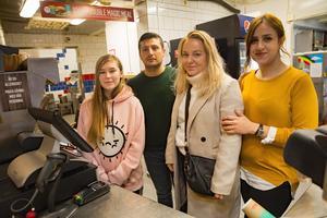 Tanya Haapa-aro, ägaren Abdulkerim Kizil, Julia Ulestig och Soleen Mosa hoppas på många gäster på julafton när Hillängens Gatukök bjuder alla besökare på mat och dryck.