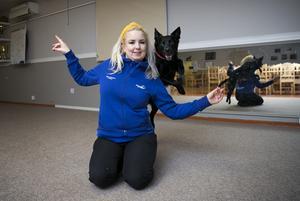 Hundsporten freestyle är en kombo av dans och tricks i takt till musik.