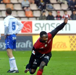 Boniek Maruti jublar efter sitt allra första mål i allsvenskan. ÖSK vann med 5–1 på Idrottsparken och efter 5–3 på hemmaplan så gjorde ÖSK tvåsiffrigt mot allsvenska rivalen.