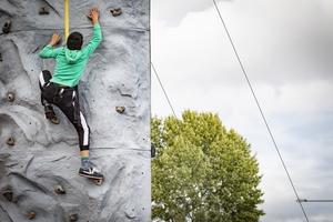 Det var många barn som ville klättra upp för den 7,5 meter höga klätterväggen. Foto: Lennye Osbeck