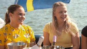 Oscar tar med tjejerna på en lyxig gruppdate där det skålas i bubbel på en lyxbåt. Wilma från Borlänge till vänster. Foto: Tv4.
