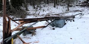 En av flera elstolpar som knäcktes i stormen. Bilen är tagen i Hysingsvik. Under torsdagen sätter Vattenfall in helikoptrar för att fortsätta att flygbesikta elnätet och kartlägga var träd fallit på ledningarna och var skador uppstått.  Foto: Peter Lindberg