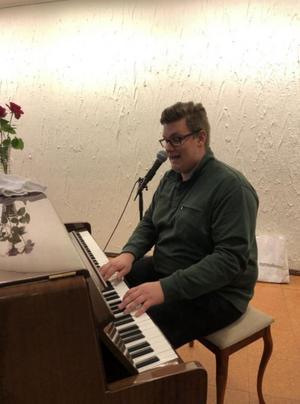 Robin Hörnkvist höjer stämningen med sin medryckande musik.