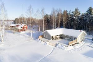 Sjönära< hus i Vika. Enplanshus i vinkel nyproducerat 2015 med stor tomt och utsikt mot Runn. Foto: Erik Bowes.